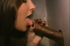 Cuckold interracial, fellation et baise d'une BBC dans un gloryhole - Glory Hole