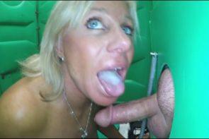 une-blonde-mature-avale-le-sperme-dun-inconnu-gloryhole-glory-hole